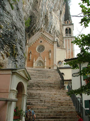 Kirche im Fels